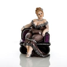 Bella Koltukta Oturan Şişman Kadın Biblo
